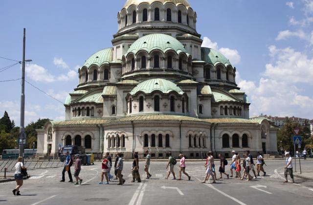 ブルガリアの首都ソフィアにあるアレクサンドル・ネフスキー大聖堂前を歩く人々=2013年、ロイター