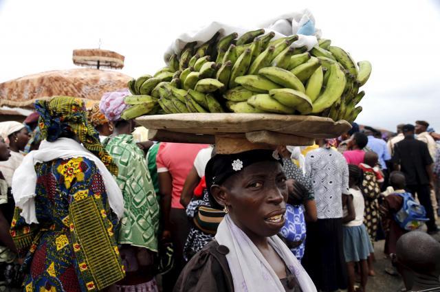 バナナを運ぶナイジェリアの女性=ロイター