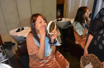 鏡を見ながら自分で準備=東京都渋谷区の「kind」