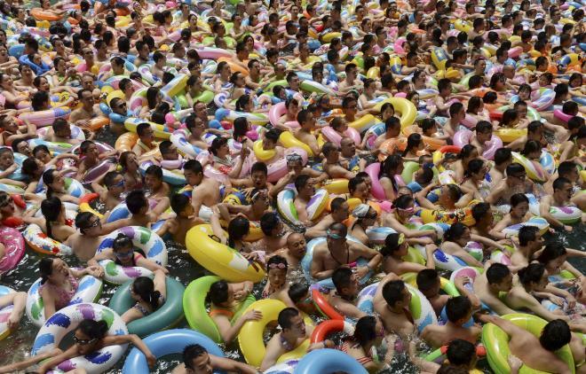 来場者で混雑する中国のプール=ロイター