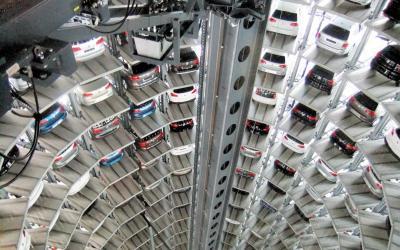 VW本社工場の敷地内にあるオートタワー。工場から出荷されたばかりの新車800台が二つのタワーで納車を待つ。ここで新車を直接受け取ることができ、遠方から訪れる客も多い=2013年3月14日、独ウォルフスブルク市