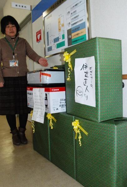 「デザイナーの伊達直人」から届いたプリンターのプレゼント=2011年1月11日、愛媛県松山市