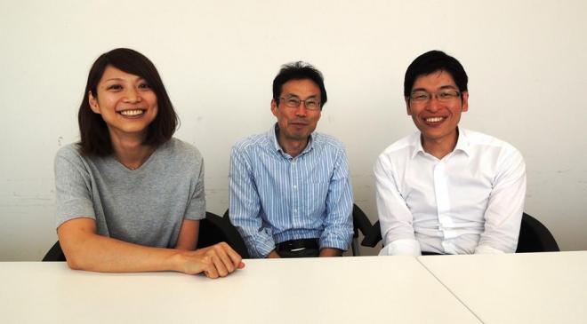 塩野さんを囲む板井英子さん(左)と青木茂さん(右)