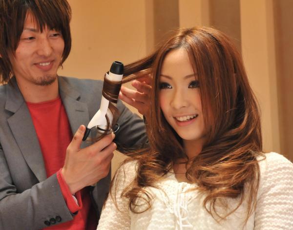 大きく内巻きにした巻き髪が有名な「名古屋巻き」=2009年2月、恵原弘太郎撮影