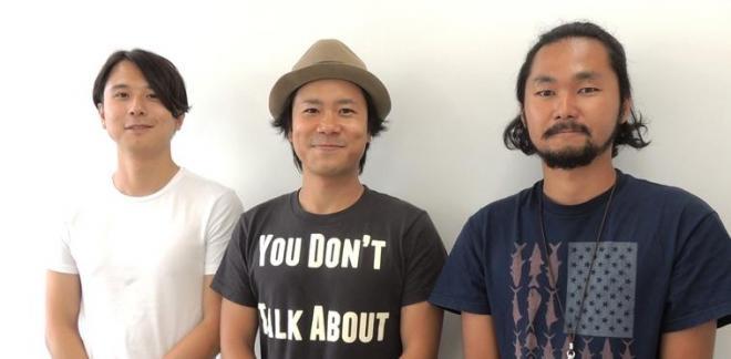 監督を務めた萩原健太郎さん(中央)。右はプロダクションマネージャーの下條岳さん、左はクリエイティブディレクターを務めたmonopoの佐々木芳幸さん