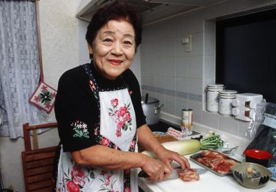 料理をする岸朝子さん=2003年1月22日