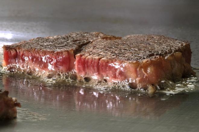 「ステーキ面接」導入の背景には、採用活動時期の後ろ倒しが影響