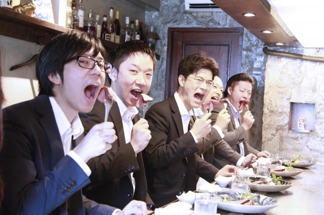 会社近くのステーキ店で肉を食らう「ゴールドスワンキャピタル」の伊藤邦生社長(左から3人目)ら=同社提供