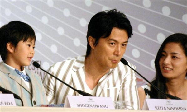 カンヌ国際映画祭の公式会見に臨む福山雅治(中央)。右は尾野真千子=2013年5月18日、カンヌ