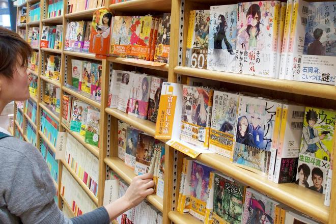 お泊まりツアーを実施するジュンク堂書店千日前店=2015年3月10日