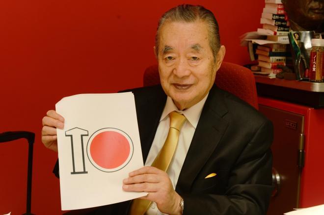 自らが発案した東京五輪エンブレムを手にするドクター中松氏=長谷川健撮影