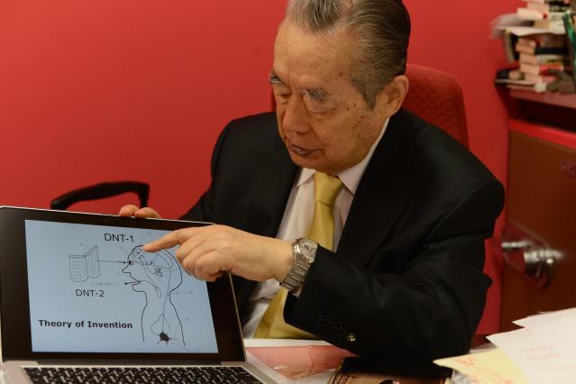 「がん撲滅の歌」の仕組みを説明するドクター・中松氏=長谷川健撮影