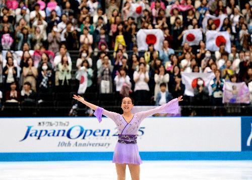 演技を終え、観客の声援に応える浅田真央選手=2015年10月3日、さいたま市、白井伸洋撮影