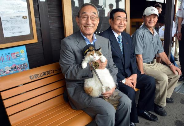 2015年9月6日 寄贈されたベンチに座る「たまⅡ世駅長」のニタマ。ニタマの公式初行事
