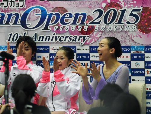 復帰戦となったジャパンオープンで日本を優勝に導き、笑顔を見せる浅田真央(右)=2015年10月3日、白井伸洋撮影
