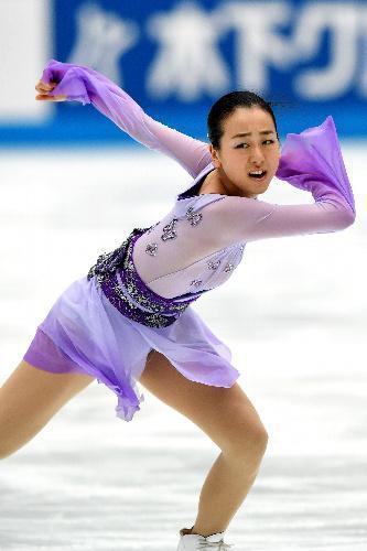 復帰戦となったジャパンオープンで演技する浅田真央=2015年10月3日、白井伸洋撮影