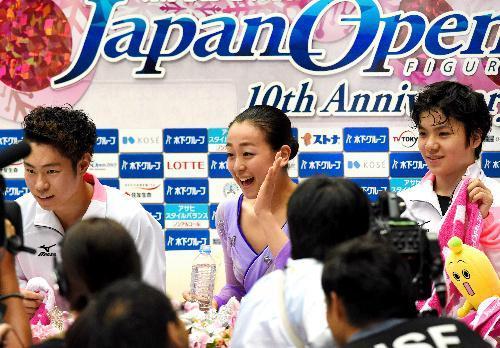 復帰戦となったジャパンオープンで日本を優勝に導き、笑顔を見せる浅田真央選手=2015年10月3日、さいたま市、白井伸洋撮影