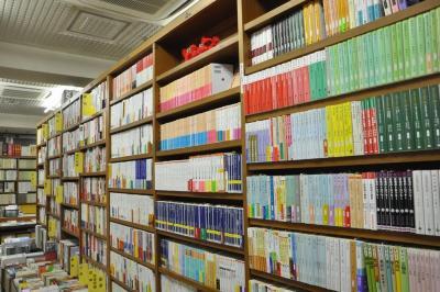 内山書店の書棚。日中の歴史を見つけてきた