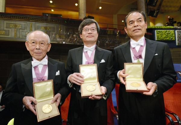 メダルを手にする(左から)赤崎勇さん、天野浩さん、中村修二さん