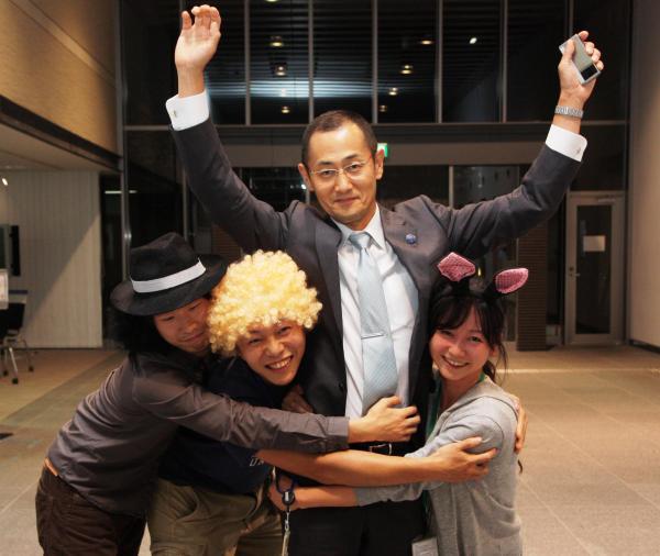 ノーベル賞受賞が決まった山中伸弥教授を、仮装して迎える研究員ら