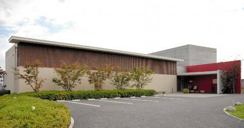 高台に建つ韮崎大村美術館。2階の展望カフェから富士山や八ケ岳を望める=韮崎市神山町鍋山