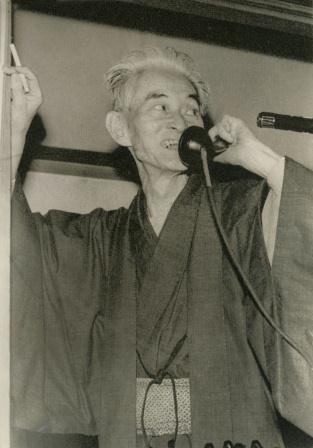 受賞が決まり三島由紀夫氏から祝いの電話を受ける川端康成氏