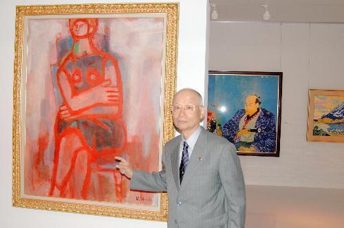 韮崎大村美術館の作品を紹介する大村智さん=2007年10月22日、韮崎市神山町で