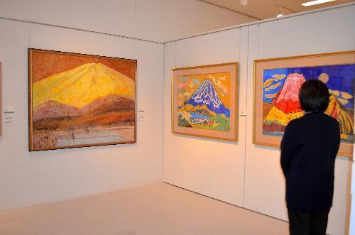 「冠雪の富士」(鈴木農夫男作、左端)と「めでたき富士」2作(片岡球子作)=2013年11月11日、韮崎大村美術館