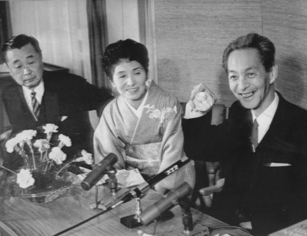 メダルを披露する朝永振一郎さん=1965年