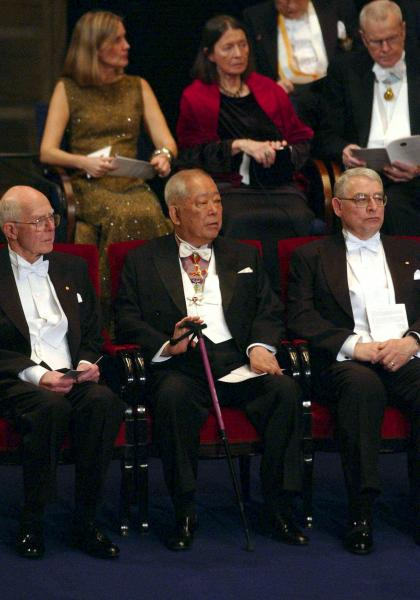 ノーベル賞の授賞式で着席した小柴昌俊さん(中央)=11日、代表撮影・共同午後、ストックホルムのコンサートホール