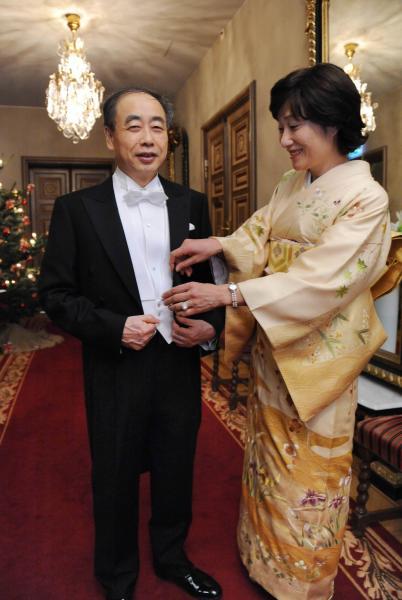 ノーベル賞授賞式を前に小林誠さん(左)の服を調える妻の恵美子さん=ストックホルム市内のホテル(代表撮影)