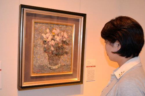 故丸木俊が描いた「シクラメン」(1964年)=2014年7月4日、韮崎大村美術館