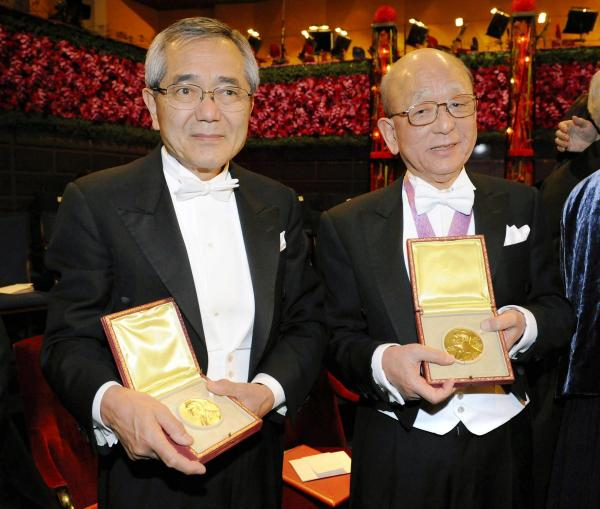 メダルを手にする根岸英一さん(左)と鈴木章さん