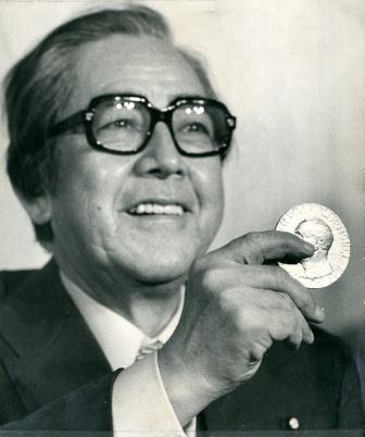 メダルを披露する佐藤栄作元首相