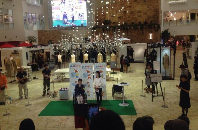 阪急百貨店で開かれた「補助犬法啓発イベント」。このあと「入店拒否」が起きた=日本補助犬情報センター提供