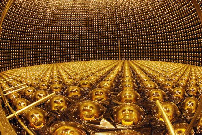 光電子増倍管の修復作業が終わり報道陣に公開されたスーパーカミオカンデ=7日午後、岐阜県飛騨市神岡町で、2006年4月7日