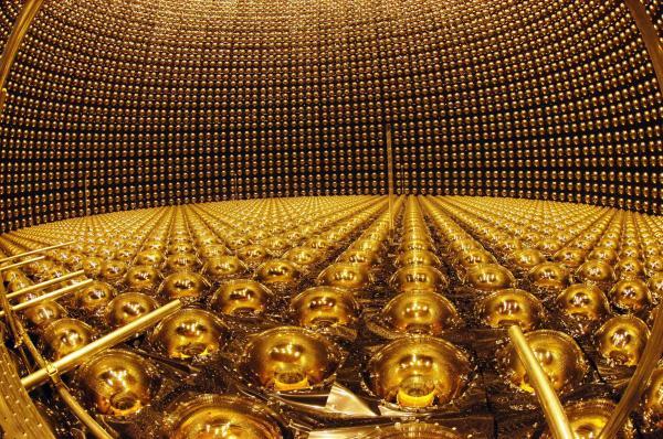 光電子増倍管の修復作業が終わり報道陣に公開されたスーパーカミオカンデ=2006年4月7日、岐阜県飛騨市神岡町で