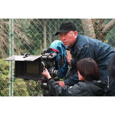 映画「盲導犬クイール」を撮影する崔洋一監督=2003年11月、京都府亀岡市の関西盲導犬訓練センターで