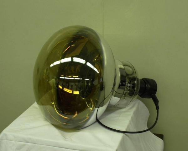 カミオカンデの改良型スーパーカミオカンデで使われている光電子増倍管(直径約50センチ)=2002年10月8日、浜松市の浜松ホトニクスで
