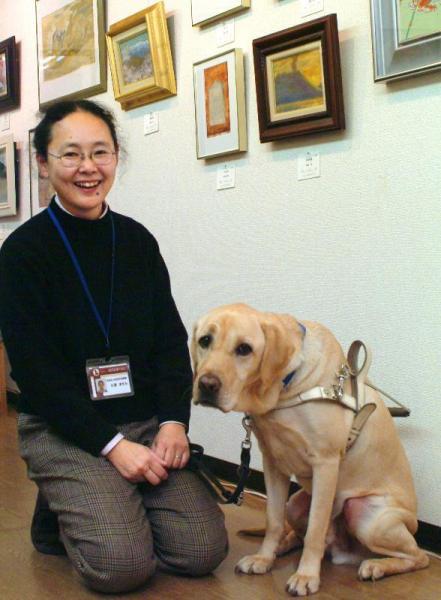 盲導犬クイールを演じたラフィーと関西盲導犬協会職員の久保ますみさん=2006年12月