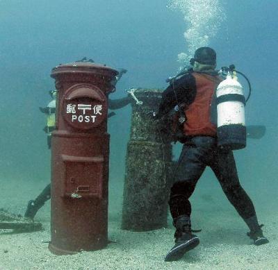 1年ぶりに取り換えられるポスト=2008年4月、すさみ町周参見の海底、クラブノアすさみ提供