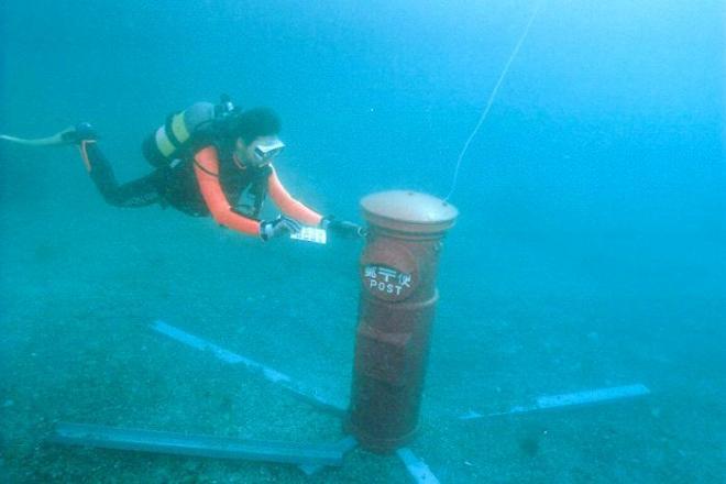 海中ポストにはがきを投函するダイバー=2005年12月、すさみ町で、すさみ町商工会提供