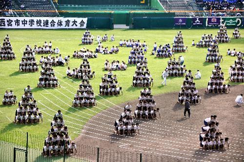 1800人で組み体操を披露する中3の男子生徒=阪神甲子園球場