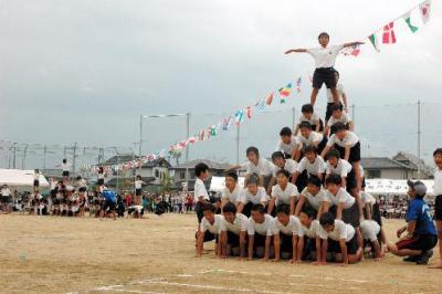 組み体操を披露する児童たち