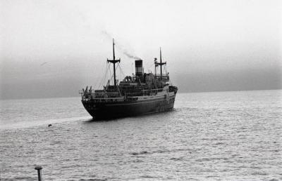 中国からの引き揚げ者を乗せて京都府舞鶴へ向かう第20次帰国船「白山丸」=1958年6月