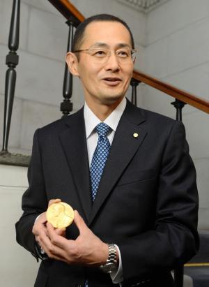 受賞者に授与されたメダルを手にする京大の山中伸弥教授=2012年12月