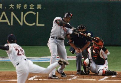 日米野球2002年の親善試合で本塁打を放つバリー・ボンズ選手=2002年11月9日