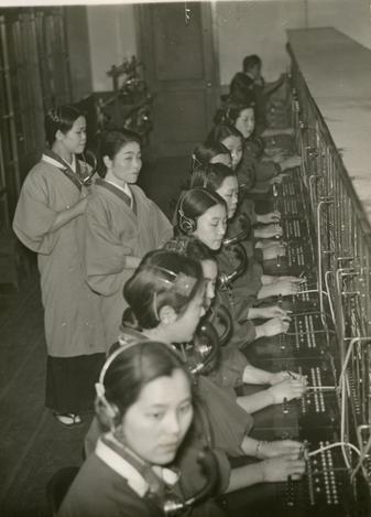 二・二六事件の反乱部隊に襲撃・包囲された警視庁内で、事件の一報を受けてから不眠で数十時間、交換業務を続け通信を守った警視庁の電話交換手たちとその職場=1936年3月