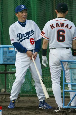 中日の監督になった落合博満氏。裾は長い=2003年11月5日