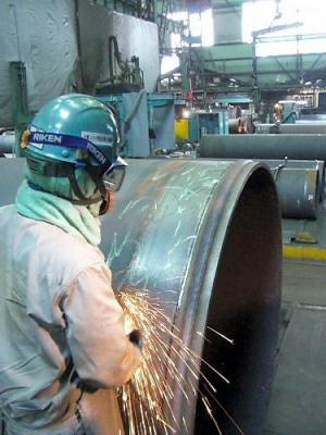 水道管の加工をする作業員=兵庫県尼崎市のクボタ阪神工場